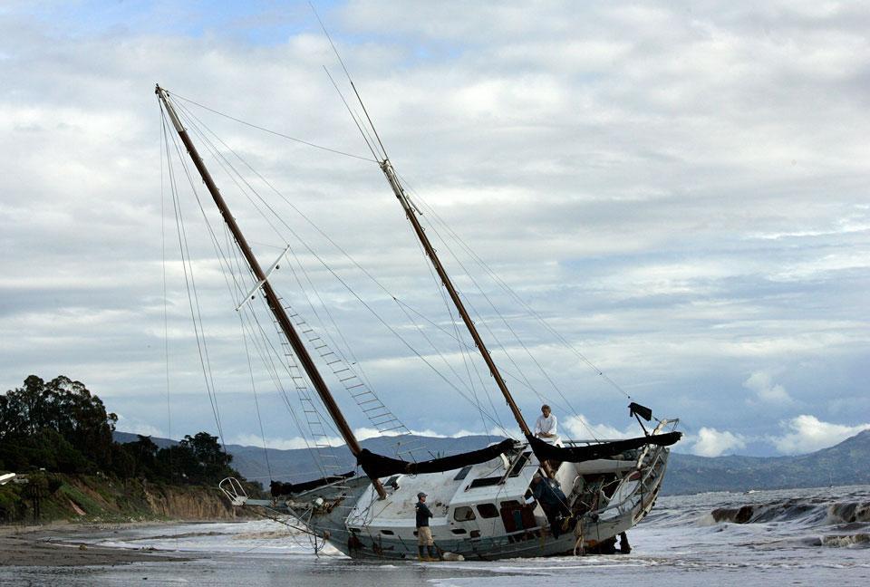 яхта выброшенная на берег