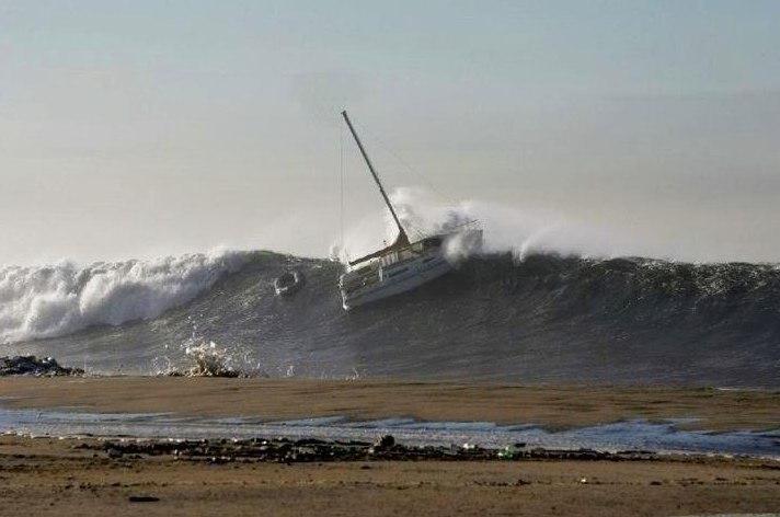 яхта попавшая в полосу прибоя
