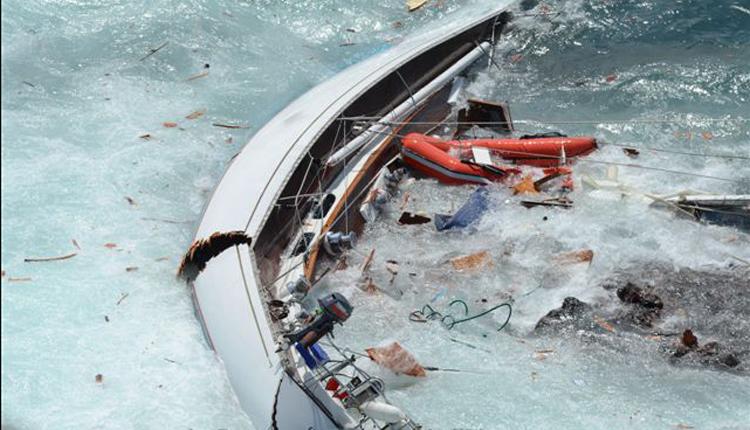 яхта разломившаяся пополам в прибое