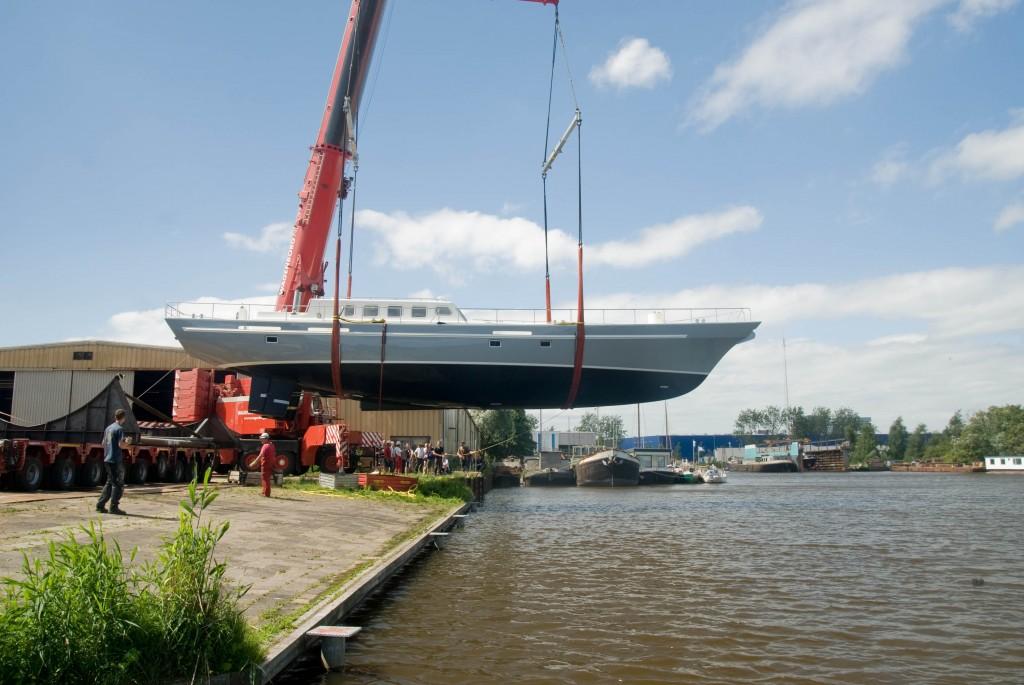 спуск на воду   яхта ecolution