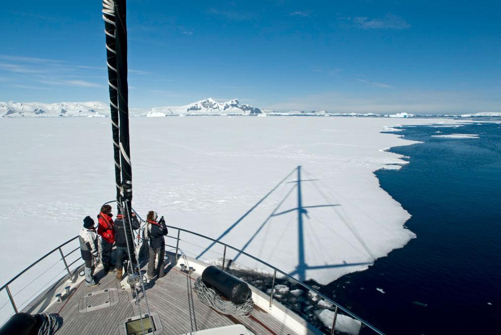 Экспедиционная яхта Гортензия во льдах