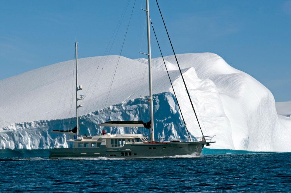 Экспедиционная яхта Гортензия на фоне айсбергов