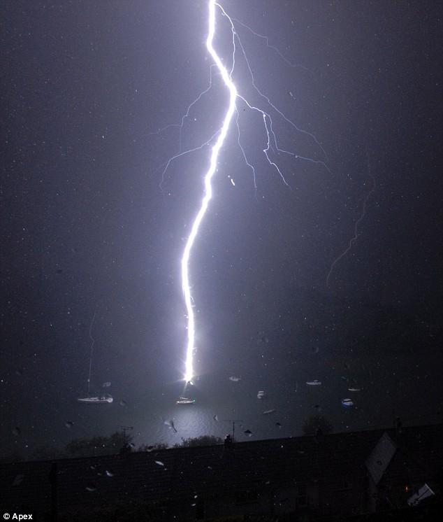 lightning попадание молнии в мачту яхты