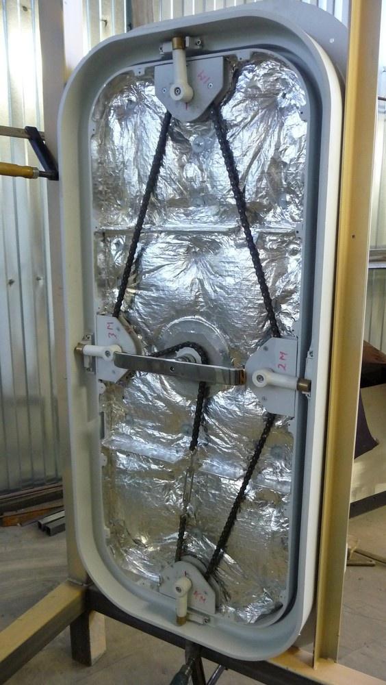 цепной привод задраек на судовой двери