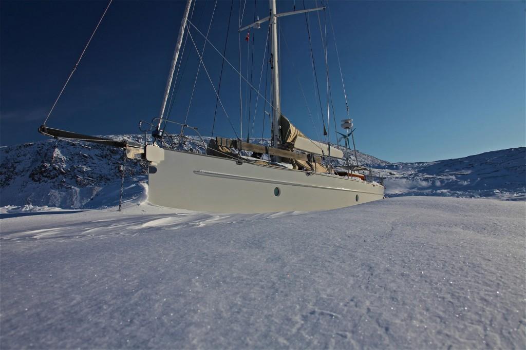 парусная яхта затертая во льдах