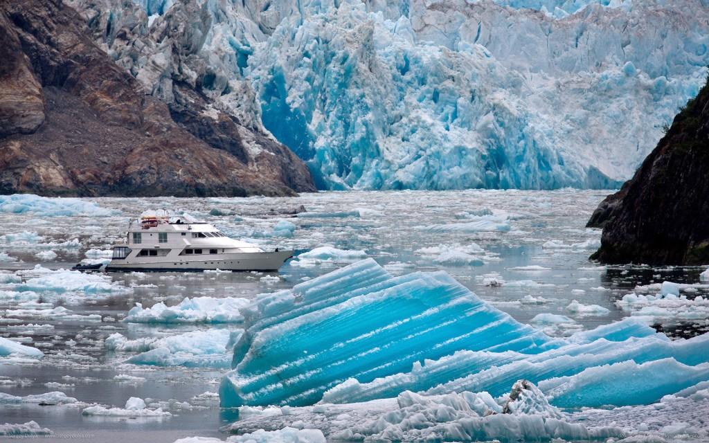 моторная яхта среди айсбергов