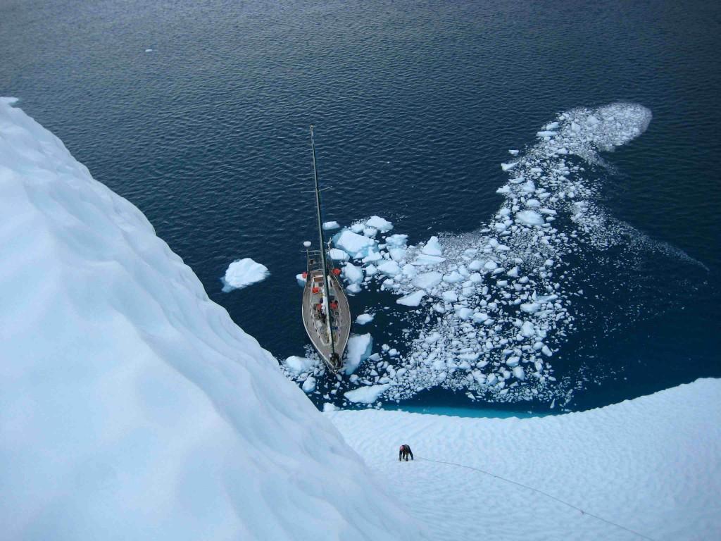 парусная яхта во льдах