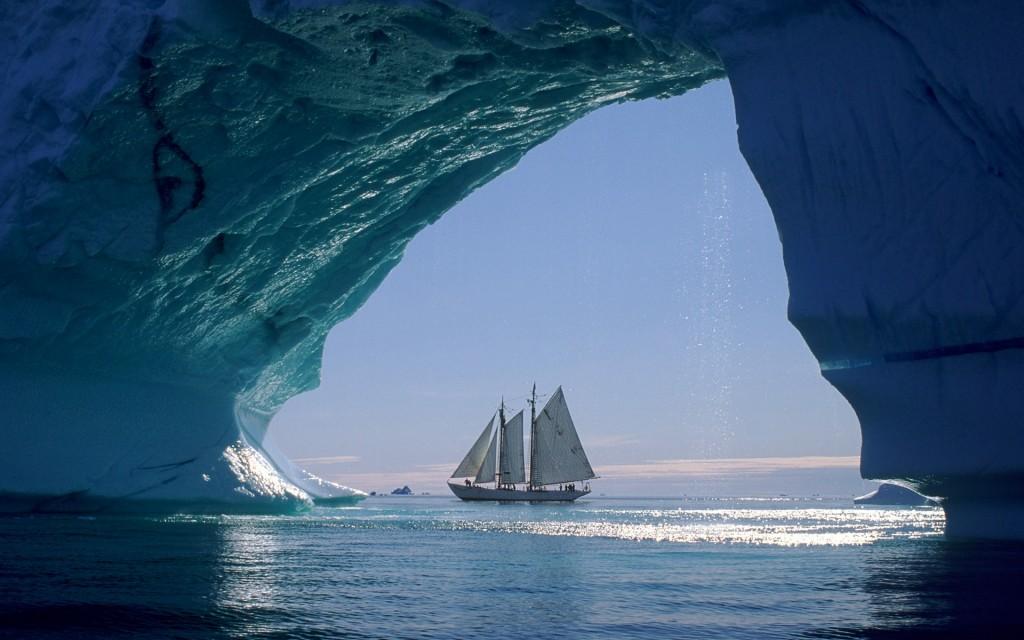 гафельная шхуна во льдах