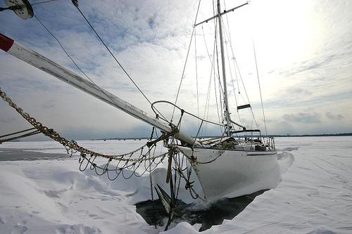 зажатая льдами парусная лодка