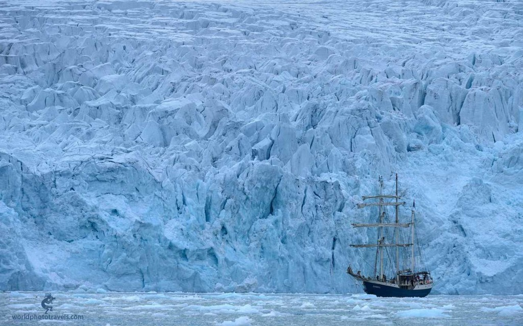 парусник в Антарктике