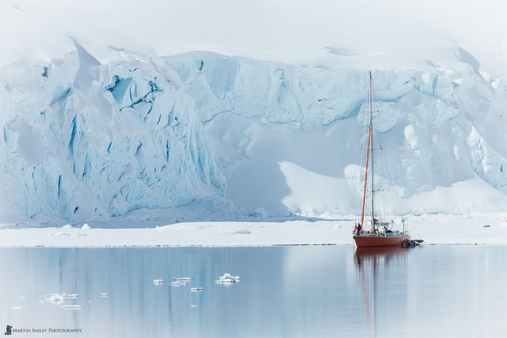 Яхта в Антарктике в Port Lockroy