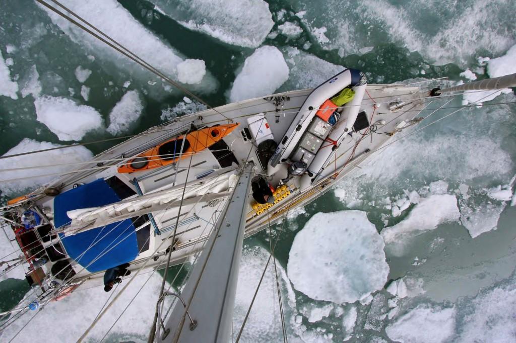 яхта в среди льдин