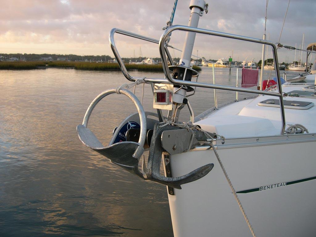 два якоря на носу парусной яхты