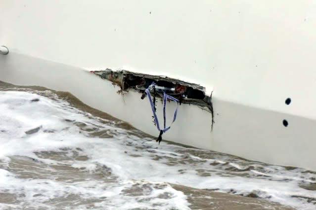 выломанный киль в днище пластиковой яхты