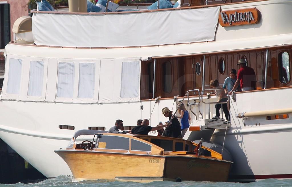 Vanessa Paradis and children disembark Vajoliroja, Venice