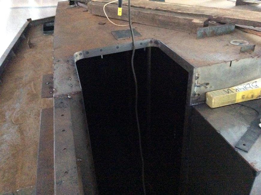 стальной комингс на входе из рубки в нижние помещения яхты