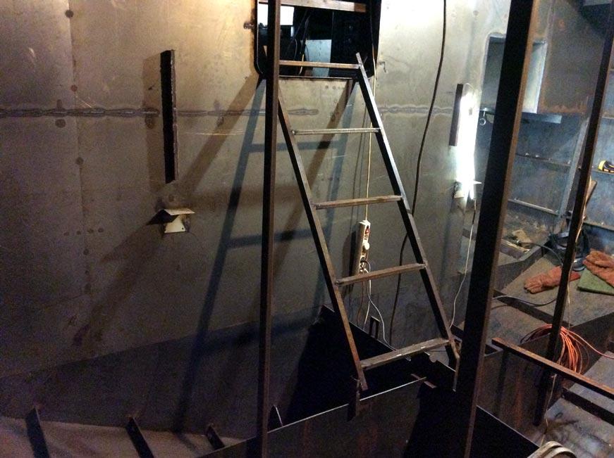 лестница из рубки в носовое отделение