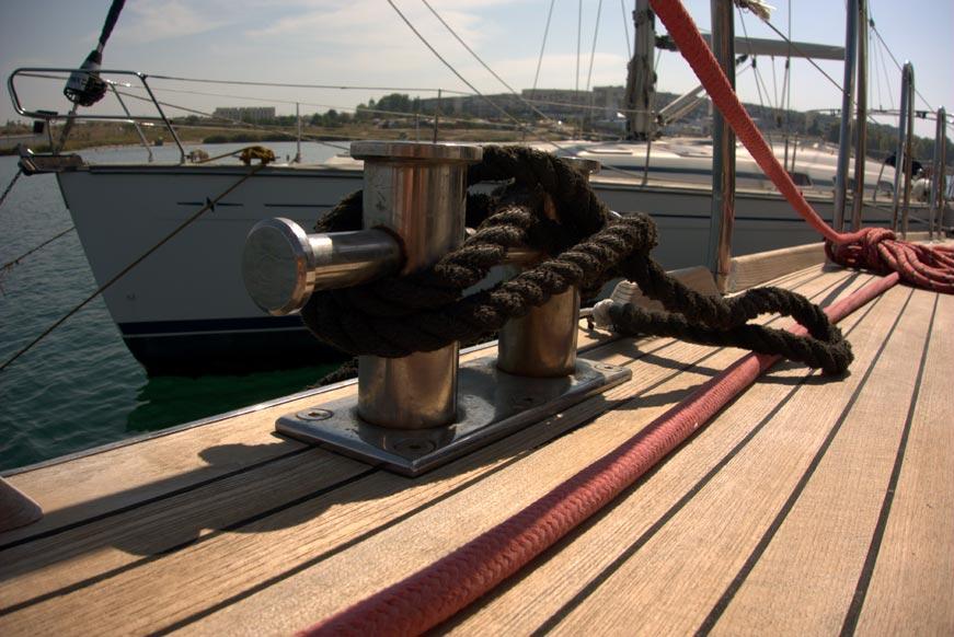 швартовный кнехт на яхте