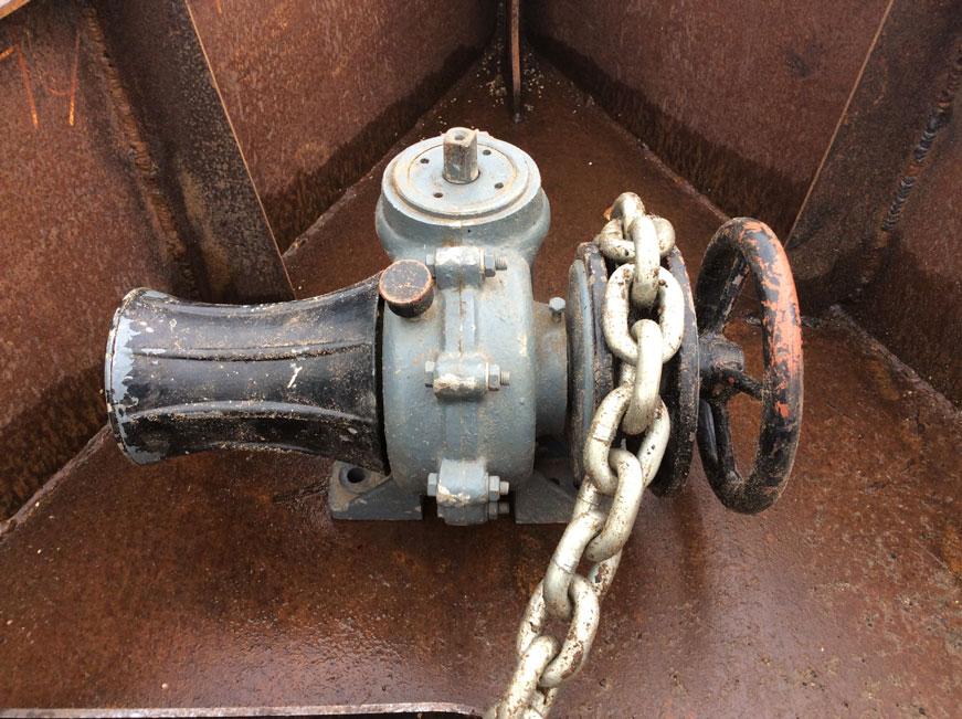 якорная лебедка и якорная цепь на стальной яхте