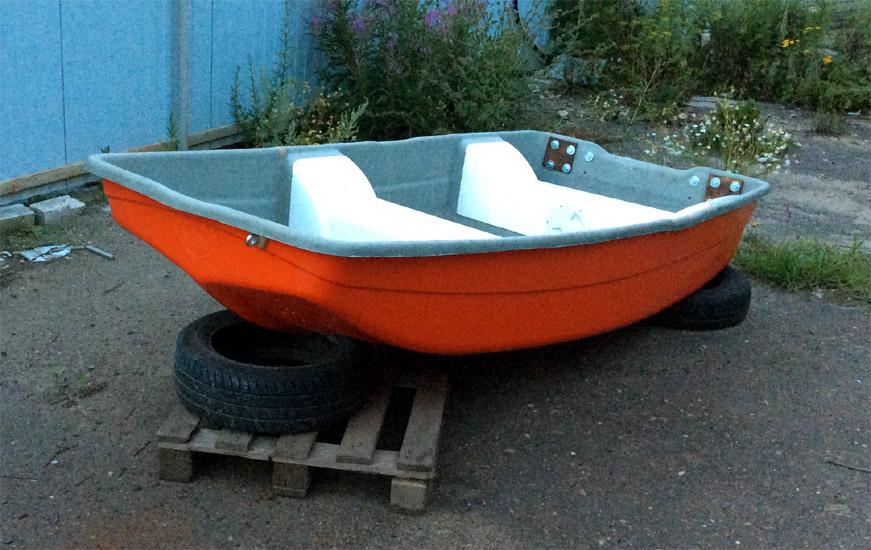 маленькая стеклопластиковая лодка
