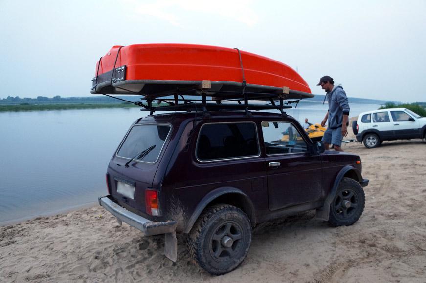 лодка привязывается к верхнему багажнику машины
