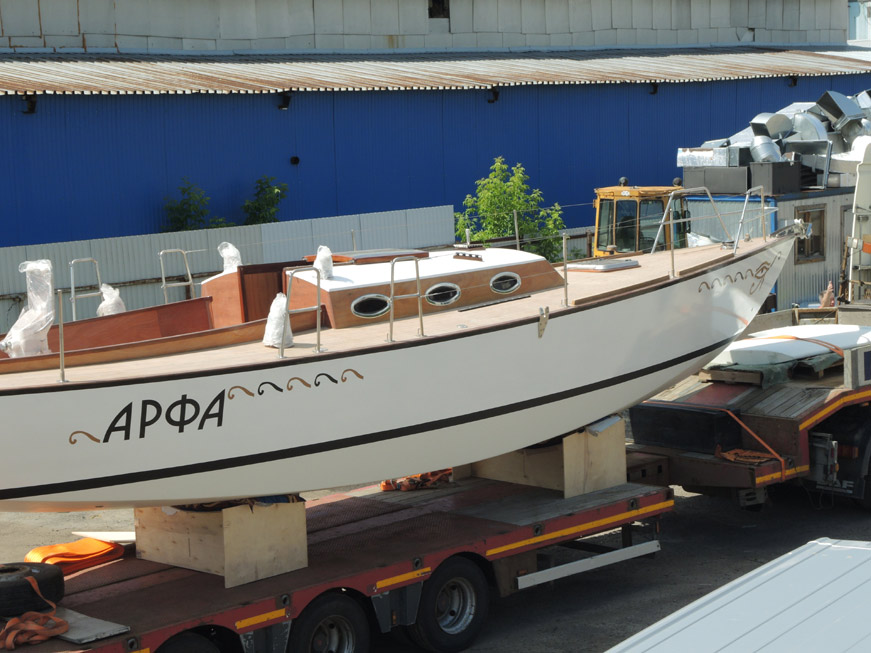 яхта арфа во дворе верфи ракета-яхтс
